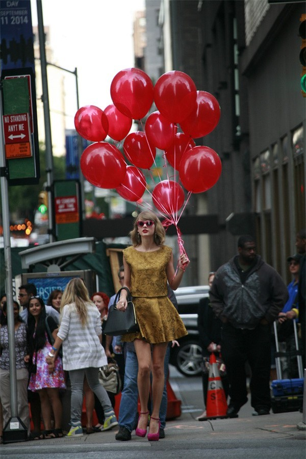 Xuất hiện trên đường phố, chàng trai khiến nhiều người giật mình vì tưởng là Taylor Swift - Ảnh 2.