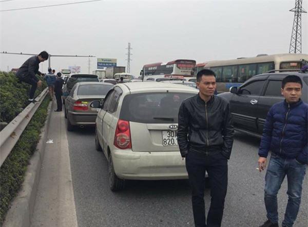 28 Tết, cao tốc Pháp Vân - Cầu Giẽ tắc nghẽn suốt nhiều giờ kéo dài đến tận trạm thu phí - Ảnh 10.
