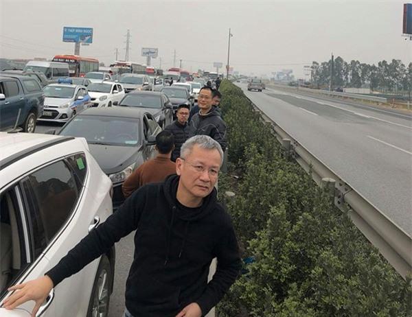 28 Tết, cao tốc Pháp Vân - Cầu Giẽ tắc nghẽn suốt nhiều giờ kéo dài đến tận trạm thu phí - Ảnh 11.