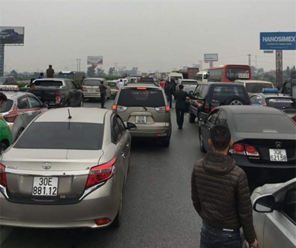 28 Tết, cao tốc Pháp Vân - Cầu Giẽ tắc nghẽn suốt nhiều giờ kéo dài đến tận trạm thu phí - Ảnh 12.