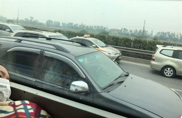 28 Tết, cao tốc Pháp Vân - Cầu Giẽ tắc nghẽn suốt nhiều giờ kéo dài đến tận trạm thu phí - Ảnh 4.