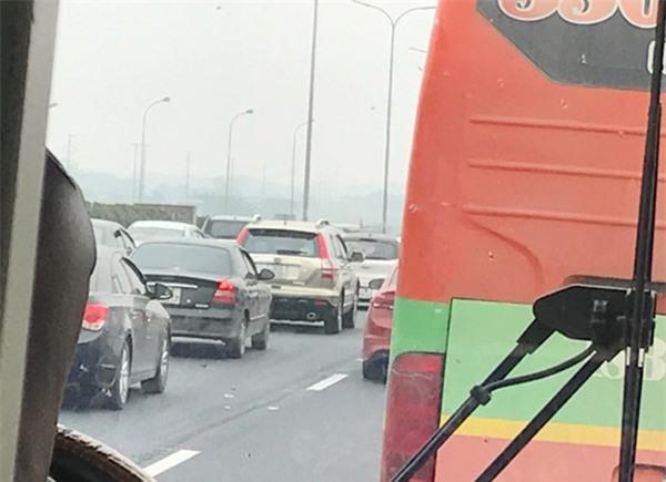 28 Tết, cao tốc Pháp Vân - Cầu Giẽ tắc nghẽn suốt nhiều giờ kéo dài đến tận trạm thu phí - Ảnh 8.