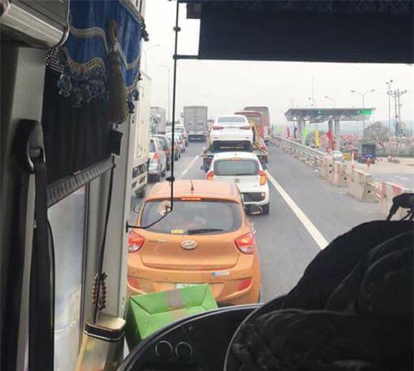 28 Tết, cao tốc Pháp Vân - Cầu Giẽ tắc nghẽn suốt nhiều giờ kéo dài đến tận trạm thu phí - Ảnh 9.