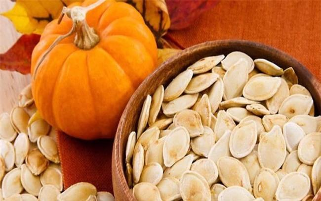 Những lý do để bạn nên ăn hạt bí đỏ ngày Tết - Ảnh 1.