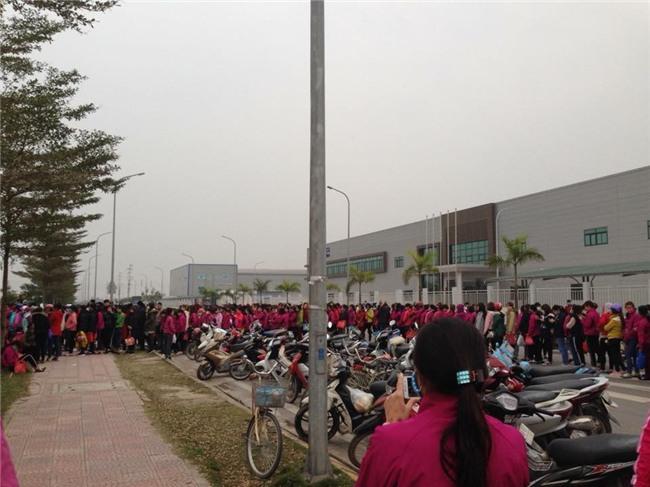 Clip nhìn thôi cũng mệt: Hàng trăm nhân viên nối đuôi nhau suốt cả tiếng đồng hồ ở cây ATM để chờ rút tiền - Ảnh 2.