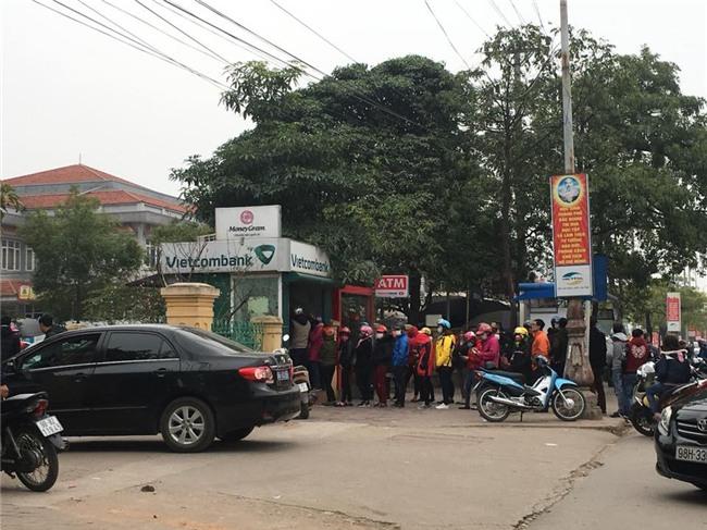 Clip nhìn thôi cũng mệt: Hàng trăm nhân viên nối đuôi nhau suốt cả tiếng đồng hồ ở cây ATM để chờ rút tiền - Ảnh 6.