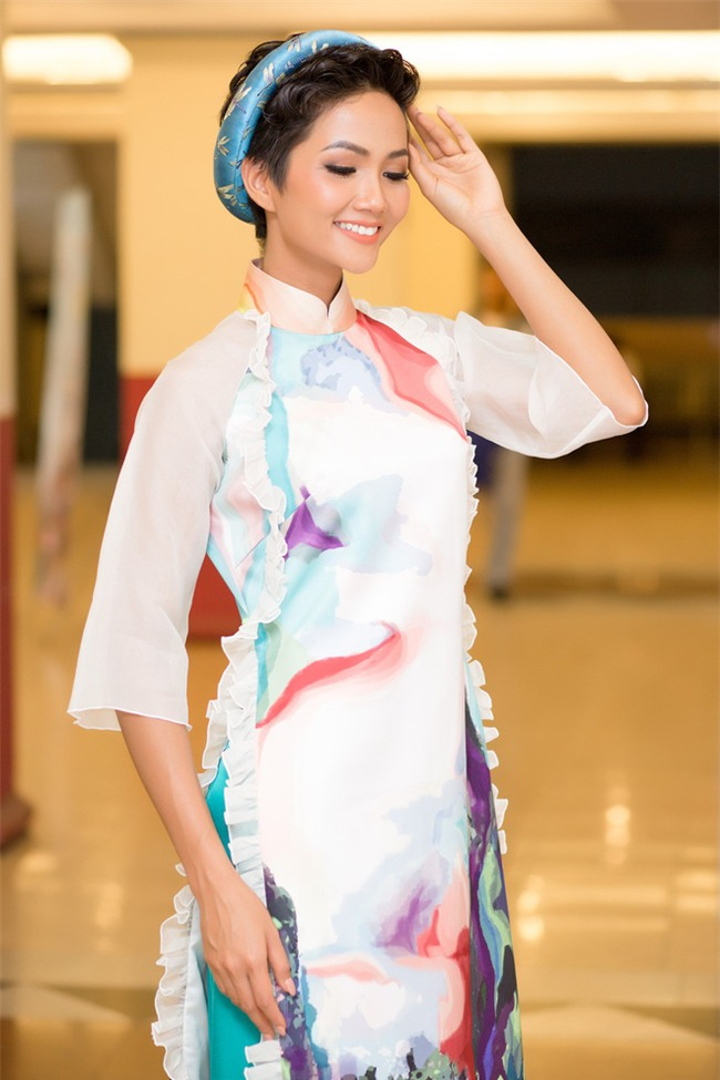 Từ sau khi đăng quang, Hoa hậu HHen Niê rất chăm chỉ thay đổi phong cách thời trang - Ảnh 15.