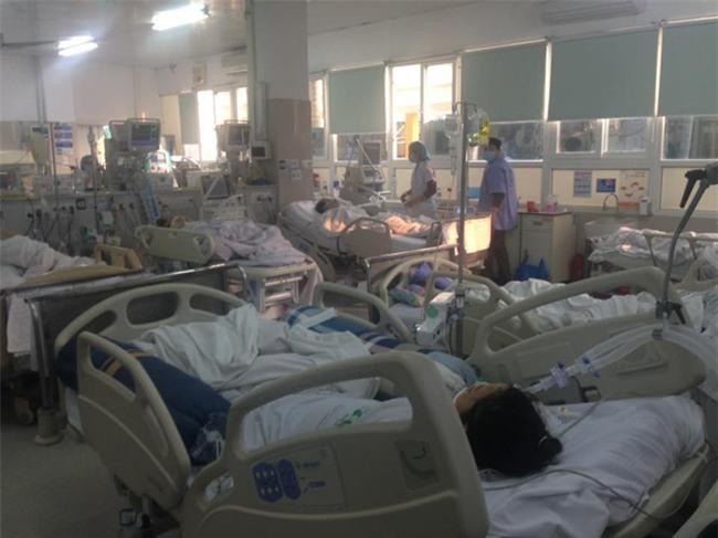 Cận Tết, Bệnh viện Bạch Mai vỡ trận, bác sĩ kiệt sức vì cấp cứu - Ảnh 2.