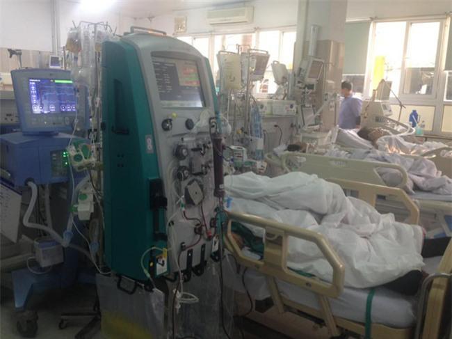 Cận Tết, Bệnh viện Bạch Mai vỡ trận, bác sĩ kiệt sức vì cấp cứu - Ảnh 4.