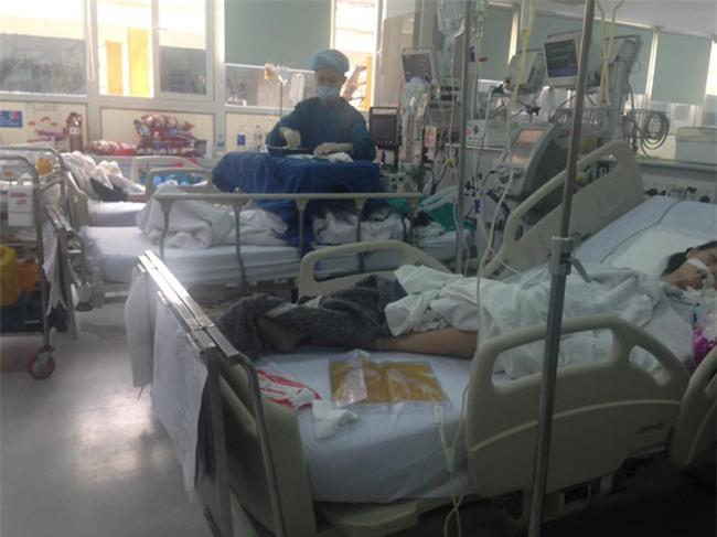 Cận Tết, Bệnh viện Bạch Mai vỡ trận, bác sĩ kiệt sức vì cấp cứu - Ảnh 5.
