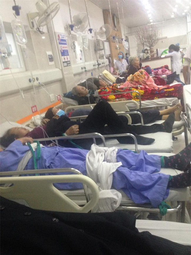 Cận Tết, Bệnh viện Bạch Mai vỡ trận, bác sĩ kiệt sức vì cấp cứu - Ảnh 8.