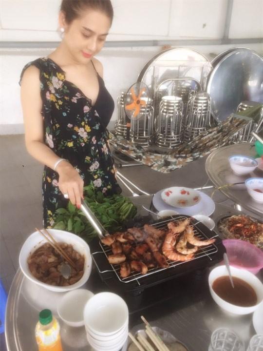 Lâm Khánh Chi: Tôi vào bếp nấu ăn, bố chồng luôn đi theo giúp - Ảnh 1.