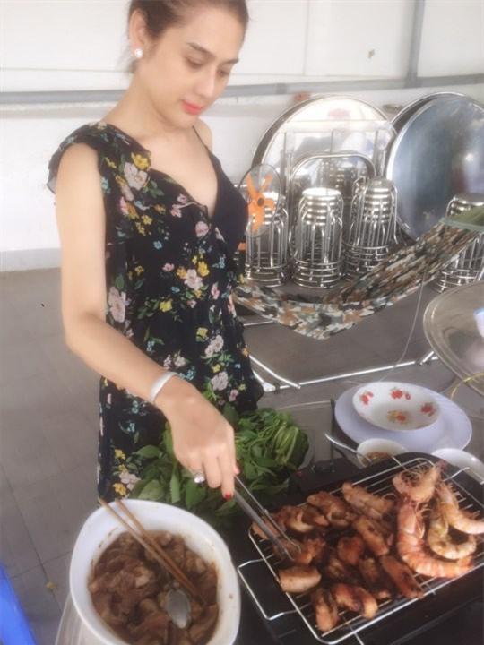 Lâm Khánh Chi: Tôi vào bếp nấu ăn, bố chồng luôn đi theo giúp - Ảnh 2.