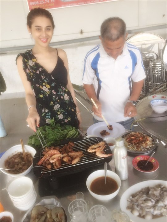 Lâm Khánh Chi: Tôi vào bếp nấu ăn, bố chồng luôn đi theo giúp - Ảnh 3.