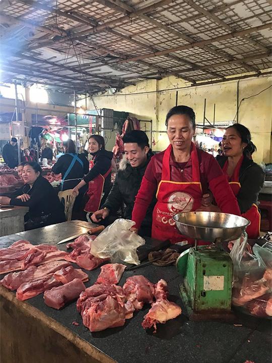 Trung vệ U23 Việt Nam Bùi Tiến Dũng tranh thủ ngày nghỉ tết để phụ mẹ bán thịt heo. Ảnh: FBNV
