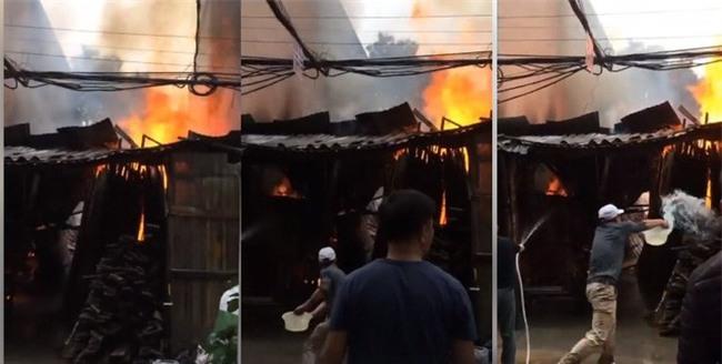 Hà Nội: Cháy nhà tạm ngày 30 Tết, hàng xóm vội bỏ việc mua sắm hô hào nhau dập lửa - Ảnh 3.