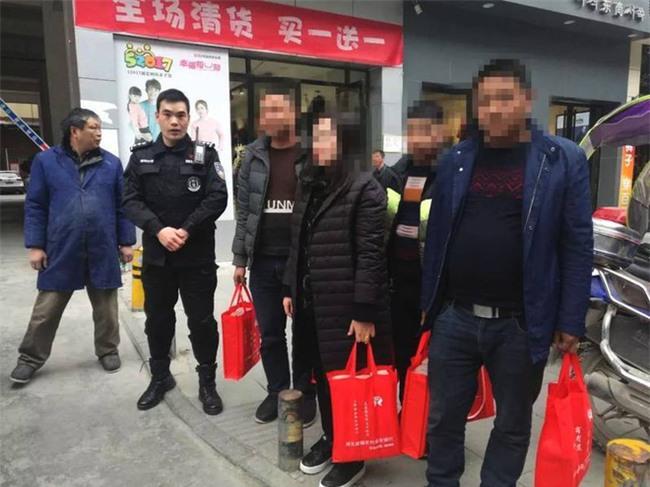 Xách hơn chục tỷ về ăn Tết, người phụ nữ được cảnh sát đặc cách hộ tống - Ảnh 1.