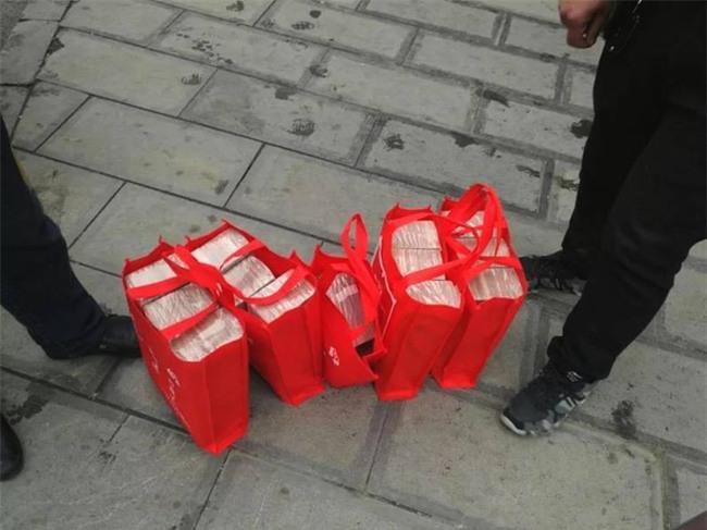Xách hơn chục tỷ về ăn Tết, người phụ nữ được cảnh sát đặc cách hộ tống - Ảnh 2.