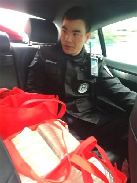 Xách hơn chục tỷ về ăn Tết, người phụ nữ được cảnh sát đặc cách hộ tống - Ảnh 3.
