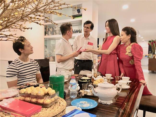 Đàm Vĩnh Hưng xông đất, Kim Lý vui vẻ đón năm mới cùng gia đình Hồ Ngọc Hà - Ảnh 2.