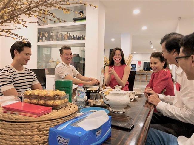 Đàm Vĩnh Hưng xông đất, Kim Lý vui vẻ đón năm mới cùng gia đình Hồ Ngọc Hà - Ảnh 3.