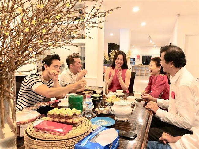 Đàm Vĩnh Hưng xông đất, Kim Lý vui vẻ đón năm mới cùng gia đình Hồ Ngọc Hà - Ảnh 4.