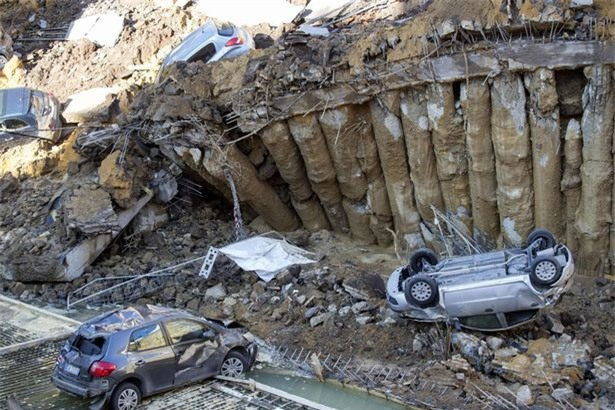 Chỉ sau một đêm, người dân bàng hoàng nhìn hố sâu 9m khổng lồ nuốt gọn nhiều ô tô, nhà cửa - Ảnh 2.