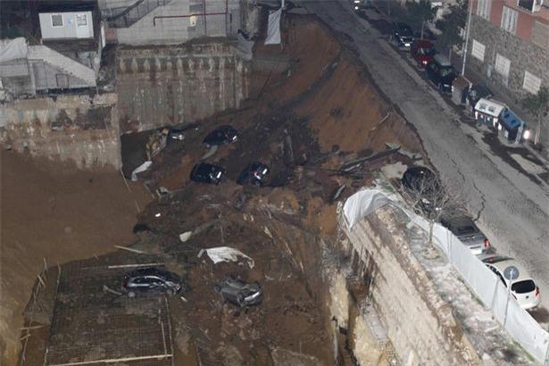 Chỉ sau một đêm, người dân bàng hoàng nhìn hố sâu 9m khổng lồ nuốt gọn nhiều ô tô, nhà cửa - Ảnh 4.