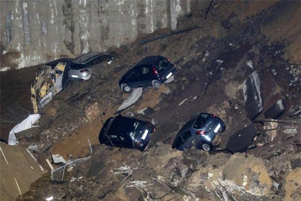 Chỉ sau một đêm, người dân bàng hoàng nhìn hố sâu 9m khổng lồ nuốt gọn nhiều ô tô, nhà cửa - Ảnh 9.