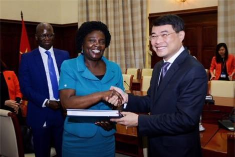 Thống đốc Lê Minh Hưng (phải) trong một lần gặp gỡ Phó Chủ tịch Ngân hàng Thế giới (WB) Victoria Kwakwa.