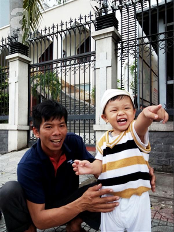 """Bé trai bị đâm xuyên não khi mới 11 ngày tuổi đã đứng vững, đang """"bi bô tập nói"""" và đón Tết thứ ba cùng cha mẹ - Ảnh 11."""