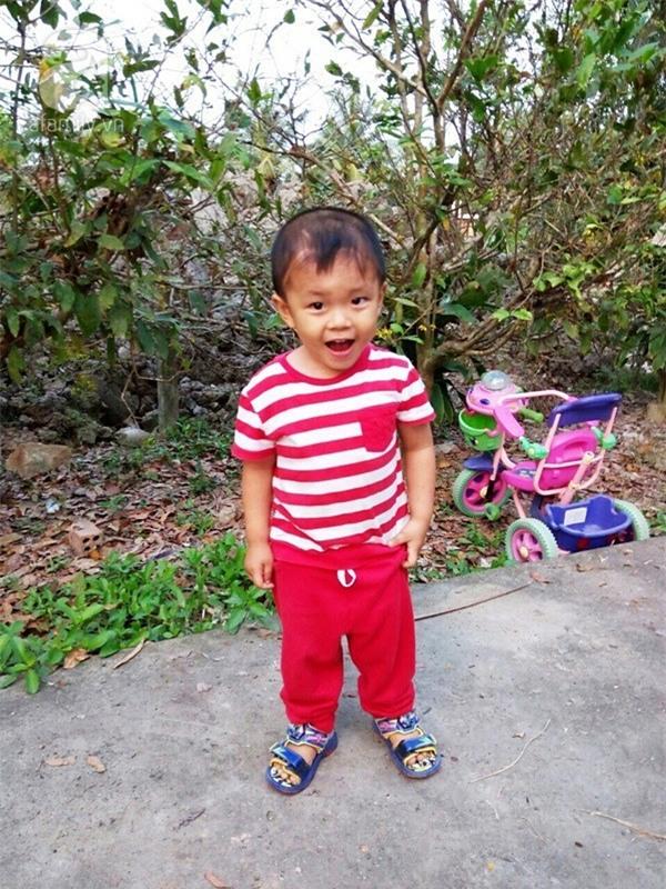 """Bé trai bị đâm xuyên não khi mới 11 ngày tuổi đã đứng vững, đang """"bi bô tập nói"""" và đón Tết thứ ba cùng cha mẹ - Ảnh 2."""