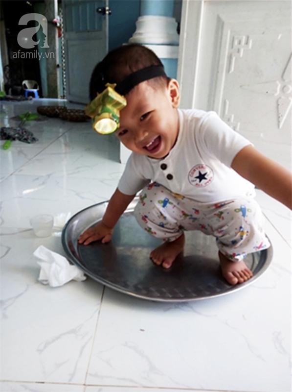 """Bé trai bị đâm xuyên não khi mới 11 ngày tuổi đã đứng vững, đang """"bi bô tập nói"""" và đón Tết thứ ba cùng cha mẹ - Ảnh 3."""