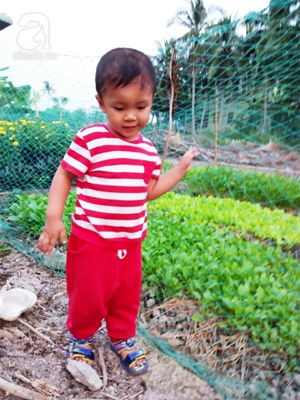 """Bé trai bị đâm xuyên não khi mới 11 ngày tuổi đã đứng vững, đang """"bi bô tập nói"""" và đón Tết thứ ba cùng cha mẹ - Ảnh 5."""