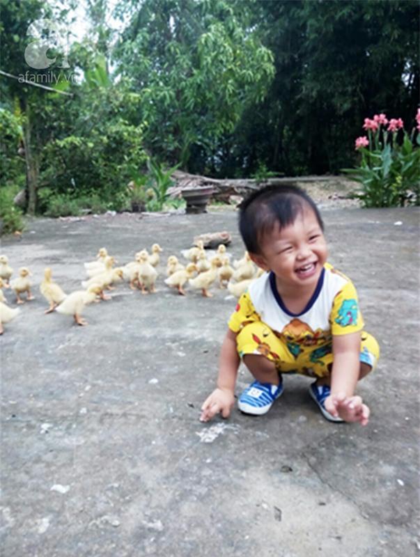 """Bé trai bị đâm xuyên não khi mới 11 ngày tuổi đã đứng vững, đang """"bi bô tập nói"""" và đón Tết thứ ba cùng cha mẹ - Ảnh 7."""
