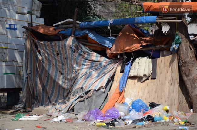 Xót xa phận đời của đôi vợ chồng Hà Nội sống trong căn nhà rác, hơn 20 năm chưa có được cái Tết trọn vẹn - Ảnh 2.