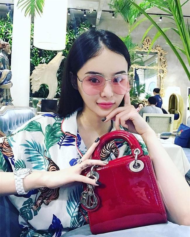 Có chị xinh đẹp, giỏi giang em gái Angela Phương Trinh ngày càng quyến rũ, người dát toàn đồ hiệu-1