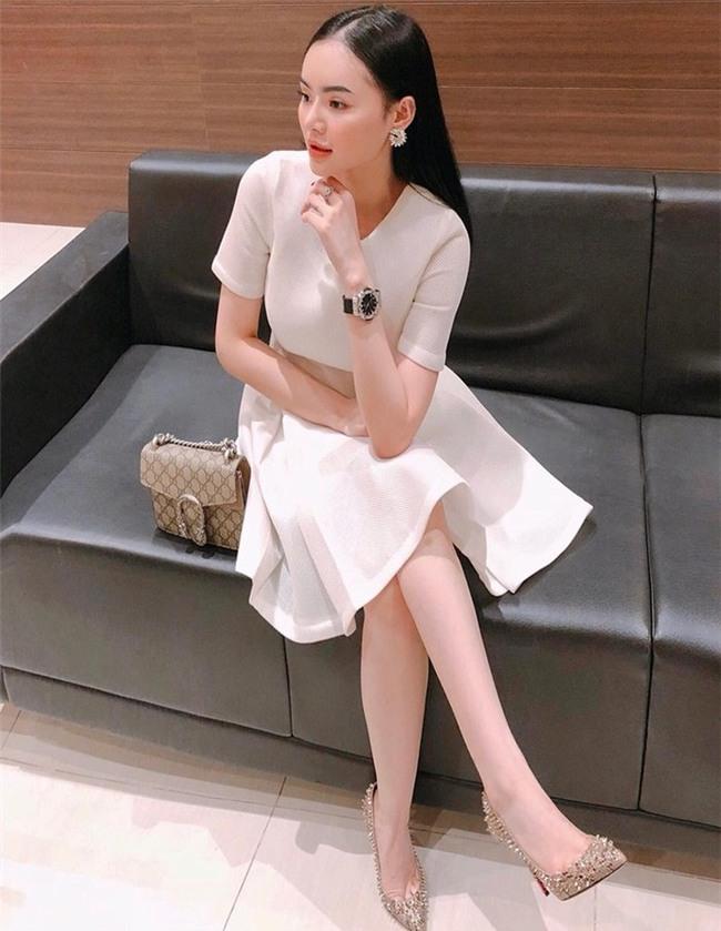 Có chị xinh đẹp, giỏi giang em gái Angela Phương Trinh ngày càng quyến rũ, người dát toàn đồ hiệu-9
