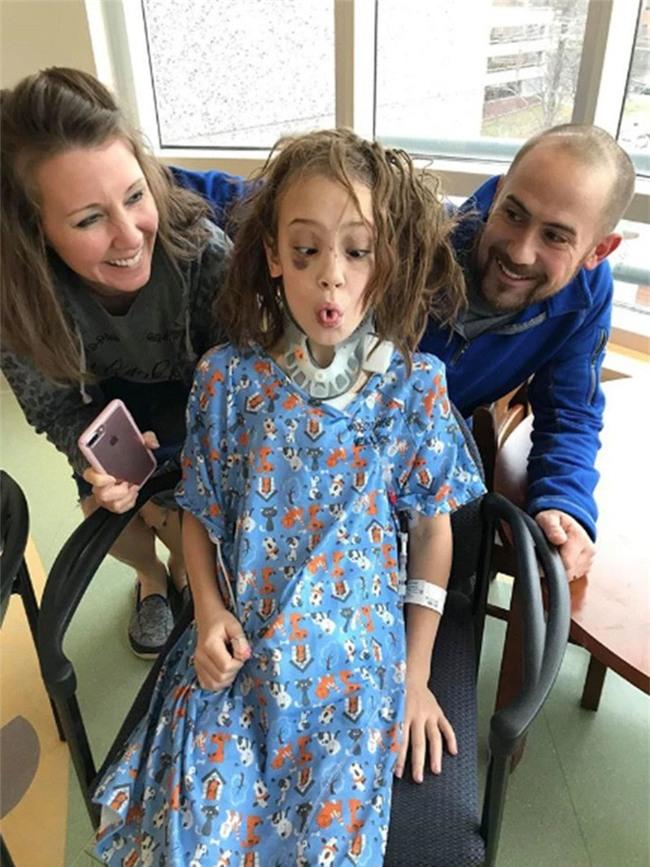 Mỹ: Vừa lỡ tay làm rơi tấm ván nặng 21kg, bố đã nghe tiếng thét thất thanh của cô con gái và gương mặt đẫm máu - Ảnh 4.