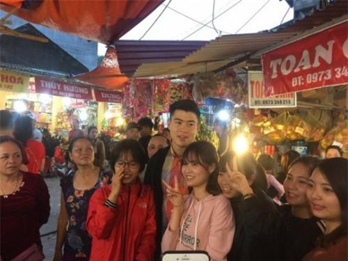 Đi lễ chùa đầu năm, đội phó Duy Mạnh của U23 Việt Nam được fans nữ xếp hàng xin chụp ảnh-1