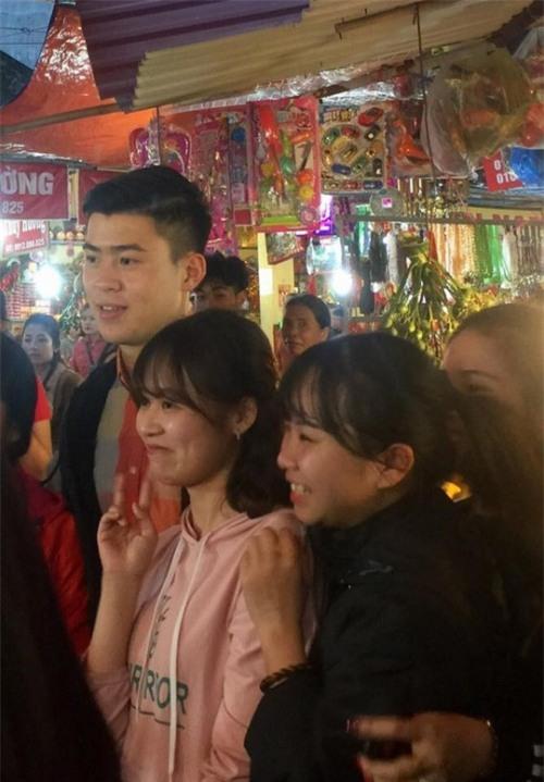 Đi lễ chùa đầu năm, đội phó Duy Mạnh của U23 Việt Nam được fans nữ xếp hàng xin chụp ảnh-2