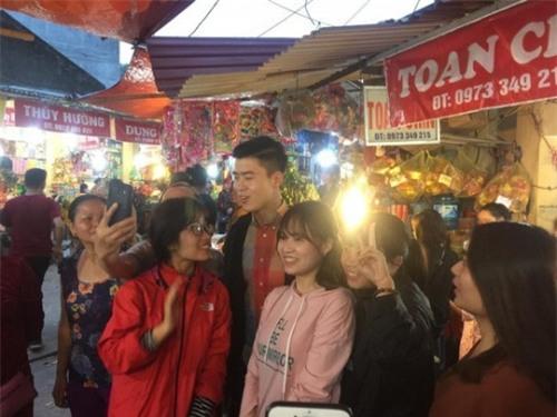 Đi lễ chùa đầu năm, đội phó Duy Mạnh của U23 Việt Nam được fans nữ xếp hàng xin chụp ảnh-3