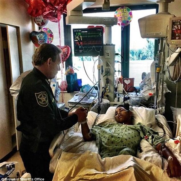 Lấy thân mình che cho 20 người bạn trong vụ xả súng, cậu bé anh hùng bị bắn 5 lần vẫn đang trong cơn nguy kịch - Ảnh 1.