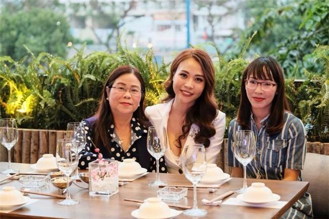 Sau khi công khai tình cảm, Cường Đô La rạng rỡ chụp hình cùng mẹ của Đàm Thu Trang - Ảnh 1.