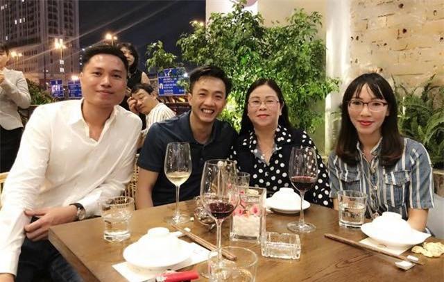 Sau khi công khai tình cảm, Cường Đô La rạng rỡ chụp hình cùng mẹ của Đàm Thu Trang - Ảnh 2.