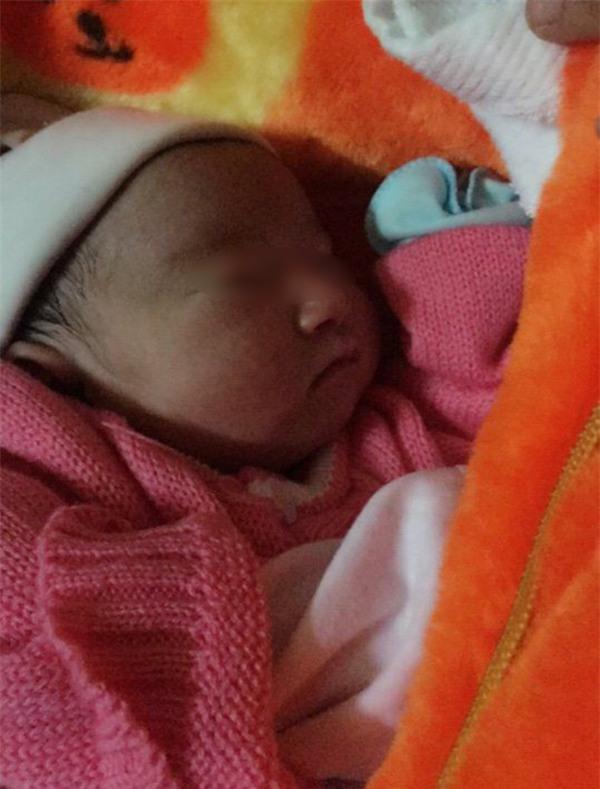 Ninh Bình: Bé gái sơ sinh 2kg để lại nhà chùa cùng mẩu giấy ghi lời nhắn của mẹ - Ảnh 2.