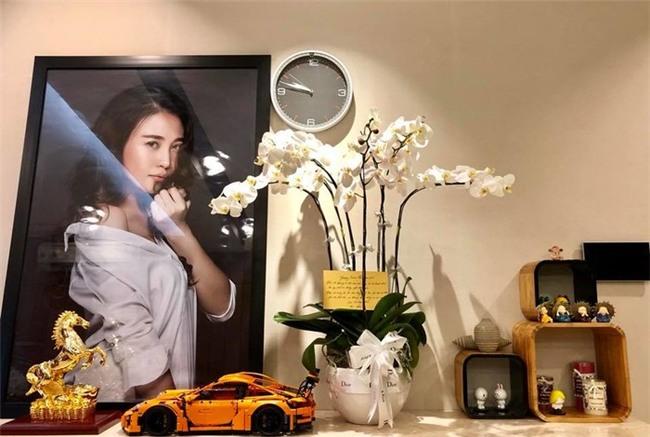 Nhiều hình ảnh của Đàm Thu Trang được phóng to và treo trong căn hộ. - Tin sao Viet - Tin tuc sao Viet - Scandal sao Viet - Tin tuc cua Sao - Tin cua Sao