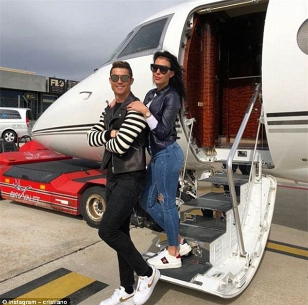 Ronaldo vi vu cùng bạn gái trên máy bay riêng - Ảnh 1.