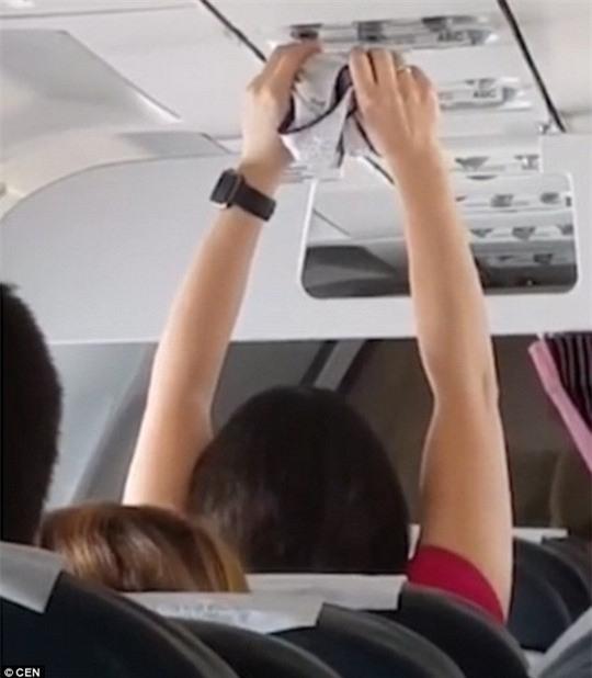 Nữ hành khách hong khô nội y trước quạt thông gió máy bay - Ảnh 2.