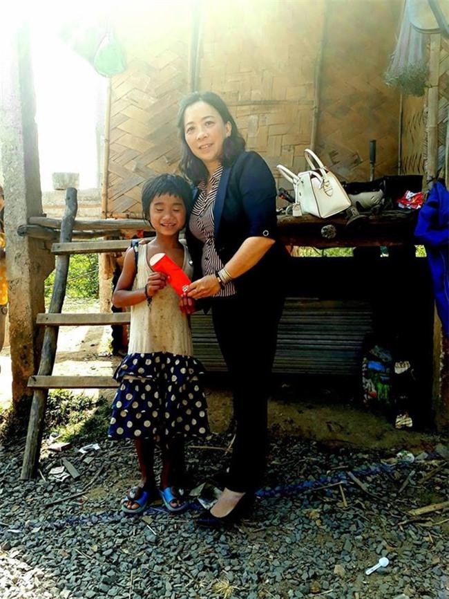 Quang Tri: Li xi de keo hoc sinh den lop ngay dau nam moi hinh anh 2
